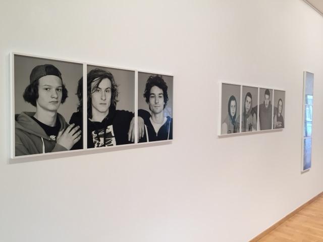 """Blick in die aktuelle Ausstellung im """"Raum für Kunst"""" der Sparkasse Aachen."""