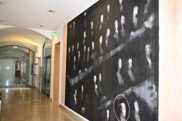 Wahrlich raumfüllende Formate. Dargestellt ist eine Interpretation des Nürnberger Prozesssaals, wie der Titel den Bildes nahelegt.