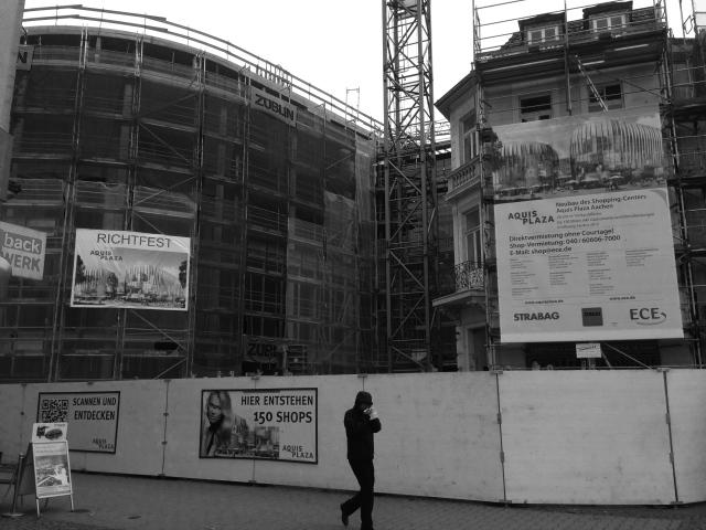 Mensch vor halbfertigem Aquis Plaza. Nach Besichtigung der Dennis-Stock-Ausstellung fotografiert.