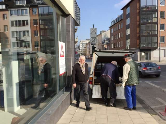 """Bei den Vorbereitungen zu """"Carte Blanche VII"""" beobachtet: Karl von Monschau und seine Helfer. Die Ausstellung wird am kommenden Freitag eröffnet."""