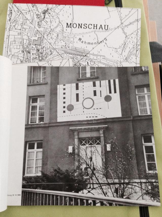 Open-air Ausstellung 1970 in Monschau. Die Arbeit von Peter Brüning zerfiel, als sie von der Hauswand genommen wurde.