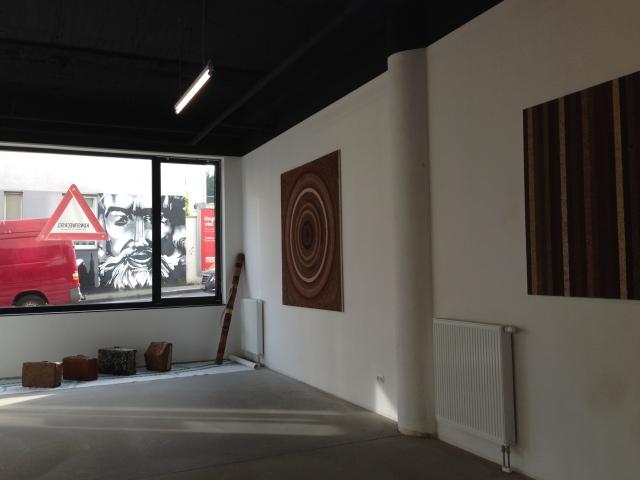 Blick aus der Galerie hinaus auf die gegenüberliegende Straßenseite. Dort gibt es ein eindrucksvolles Wandbild.