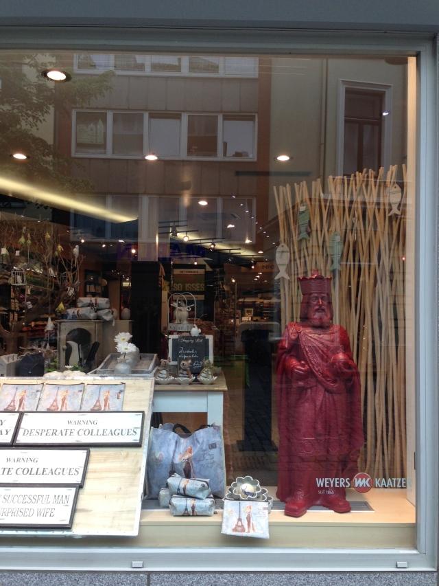 Einen Tag nach Ende der Ausstellung tauchen sie in den Schaufenstern bestimmter Geschäfte auf: die Minikarls von Künstler Ottmar Hörl.