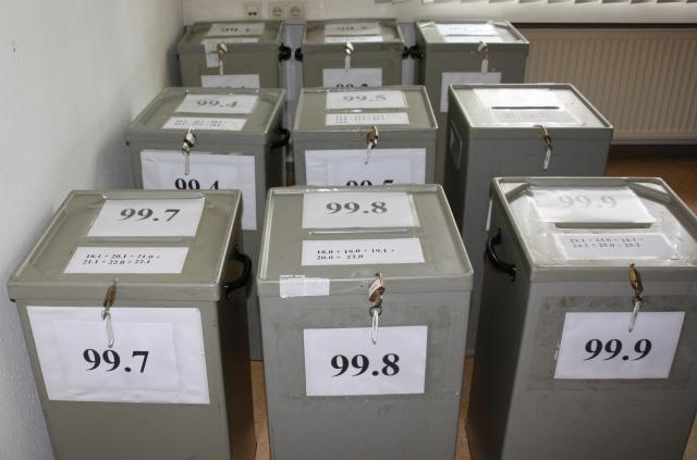 Wahlurnen warten auf Stimmen