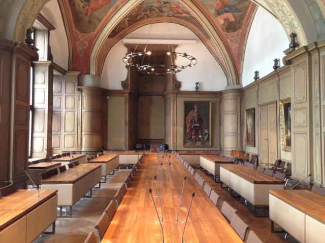 Der Ratssaal im Aachener Rathaus. Wer hier nach dem 25. Mai Platz nehmen kann, das ist noch völlig unklar. Die Ratsvertrezer sitzen hier sehr eng, viel zu eng.