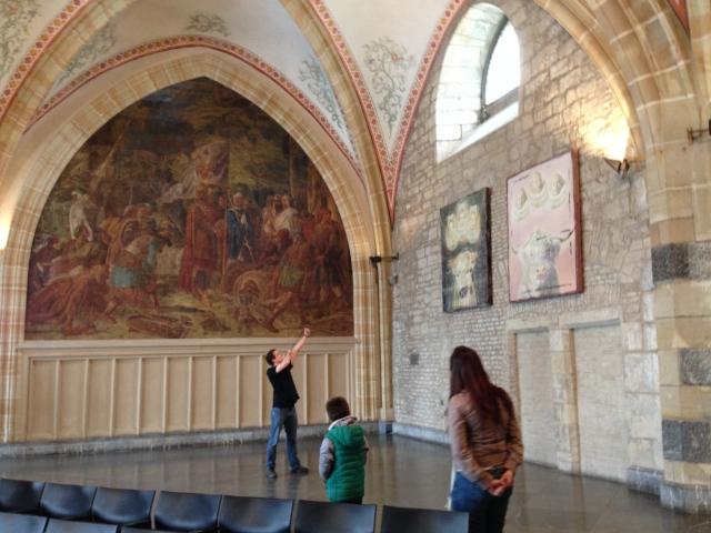Heute im Krönungssaal des Aachener Rathauses: Keine Bange, es wird nicht auf die Kunst gezielt, sondern auf eine Taube, die sich in den Saal verirrt hatte und ihn nicht mehr verlassen wollte.