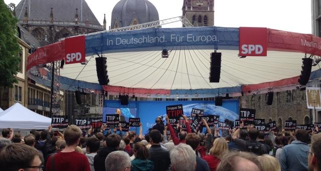Abschlussveranstaltung von Martin Schulz (SPD) mit dem Dom im Hintergrund. Kritiker des Freihandelsabkommens TTIP waren nicht zu übersehen.