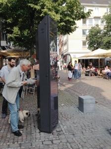 Mediensäule bietet Hintergrundinfos zur Geschichte Aachens.
