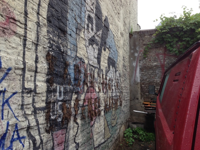 Ein weiteres Graffiti von Klaus Paier, das sich in einem elenden Zustand befindet. Und auch hier ist der BLB zuständig und muss aktiv werden.