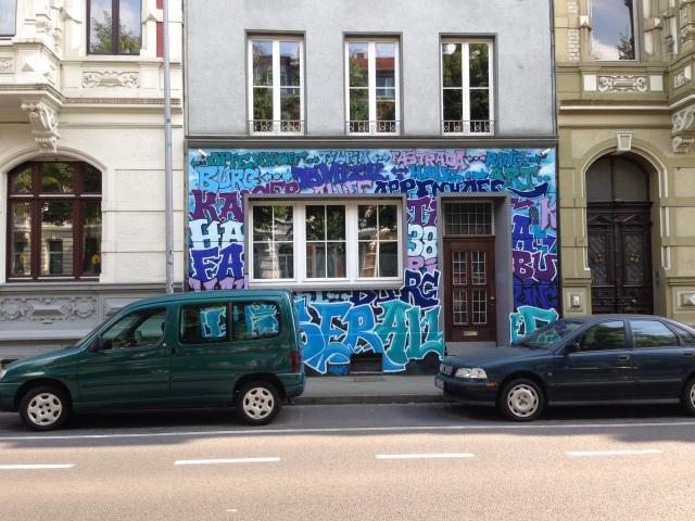 Hier sind Namen zu erkennen: Fassade in der Oppenhoffallee.