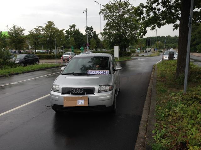 Kommt dieser Autofahrer auf den Parkplatz vom Klinikum rauf und anschließend wieder runter? Was macht die Kamera?