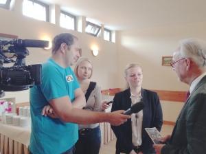 Das lokale Fernsehen interessiert sich für die Ansichten von Städteregionsrat Helmut Etschenberg (r.).