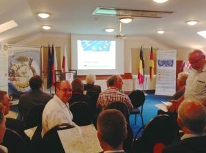 Im Konferenzsaal des Hotels in Schreiberhau. Unter den Teilnehmern: Hans-Jürgen Fink von der Fraktion Piraten/UFW