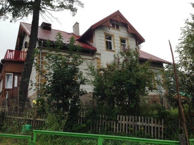 Manche dieser Häuser sind saniert, andere noch in einem beklagenswerten Zustand und trotzdem schön. Die sollen aber auch Zug um Zug renoviert werden.