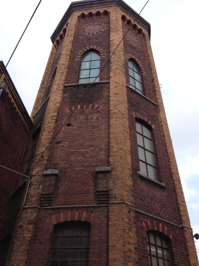Von diesem Turm aus waren drei Gebäude zugänglich und  oben befand sich ein Löschwasserbecken.