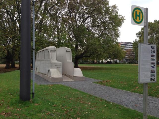 Moderne Kunst vor dem Gebäude des Landschaftsverbands (LVR) in Köln. Der Landschaftsverband bekommt sein Geld ausschließlich von den Kreisen und kreisfreien Städten und von der Städteregion. Per Umlage.