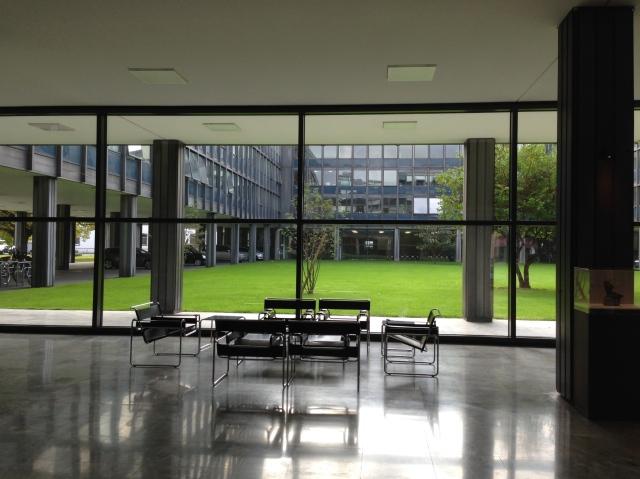 Großzügig: Das Foyer des Gebäudes, in dem die Sitzungen des Landschaftsausschusses stattfinden und in dem sich  auch die Büros der Fraktionen befinden. Platz satt.