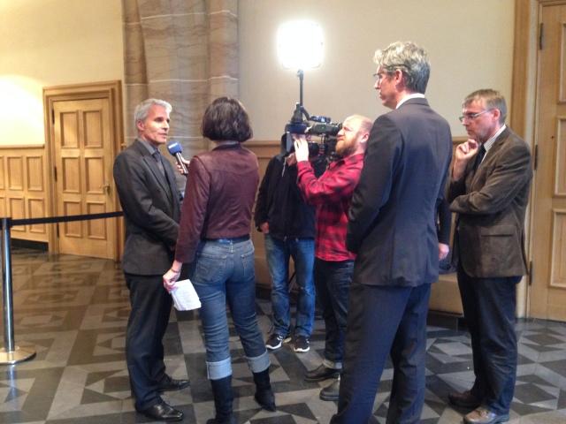 Vor der Sondersitzung: Polizeipräsident Dirk Weidsprech wird von einem WDR-Team interviewt. Oberbürgermeister Philipp (vorne) hört zu.