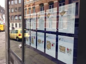 In der Jakobstraße kann man sich in einem Schaufenster über die Wohnungen informieren.