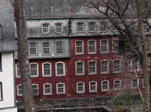 Das Schulgebäude in Monschau im Rosental steht seit vielen Jahren leer. Foto: Archiv