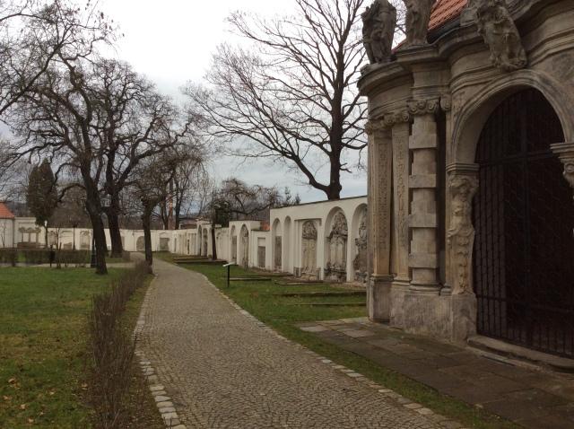 """Blick auf einen Teil des Friedhofs. Viele  """"Gebäude"""" standen nebeneinander. Davon sind heute nur noch Reste vorhanden."""