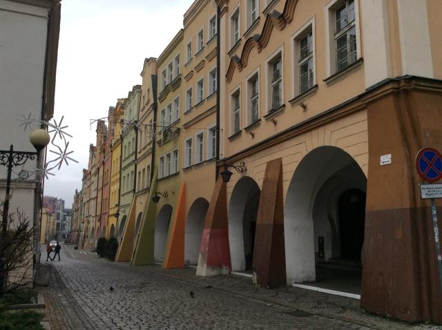 Den Marktplatz von Jelenia Gora umgeben Bürgerhäuser mit Laubengängen. In diesen Häusern  wohnten die reichsten Leute der Stadt: Kaufleute und Krämer. Alle Fotos entstanden am frühen Sonntagmorgen. Es waren kaum Leute unterwegs.