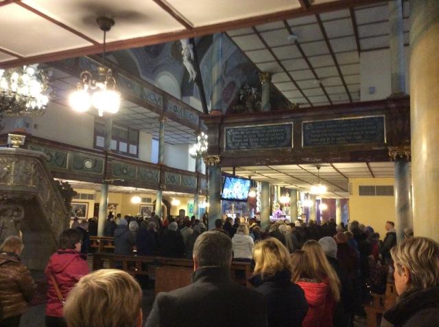 Eine von mehreren Messen, die sonntags in der  prächtig ausgestatteten Kirche gefeiert wurden. Die Wände schmückten Bibeltexte in deutscher Sprache. Alles war in einem guten Zustand.