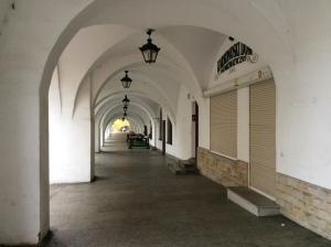 Den Marktplatz umgeben Barock- und Rokokobürgerhäuser mit Laubengängen.   Die Laubengänge waren je nach Bestimmung benannt. Es gab Kürschner-, Tuch-, Garn-, Seildreher, Weißgerber-, Korn- und Butterlauben.
