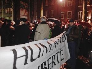Piraten waren mit einem Transparent vor Ort. Rechts, hinten: Udo Pütz, für die Piraten im Rat der Stadt aktiv.