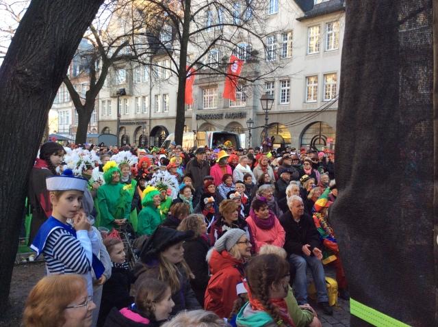 Auf dem Münsterplatz. Die Tropigarde (Markenzeichen: Klobürste) brannte ein dreistündiges Programm ab, das sehr amüsierte.