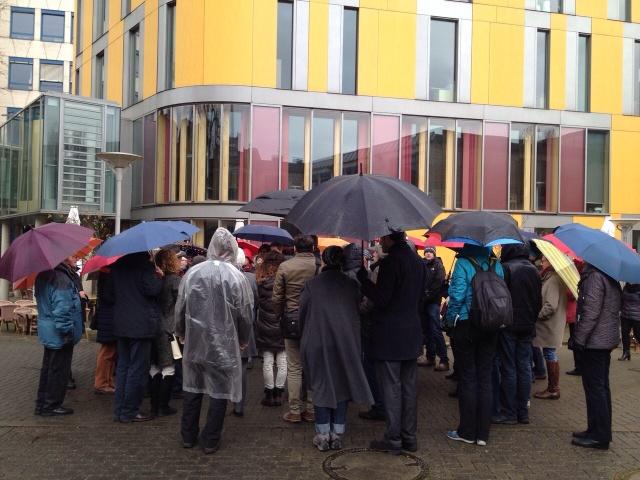 Starteten zum Rundgang durch das Frankenberger Viertel: eine große Gruppe mit Dr. Holger Dux. Foto: Henning Brinkmann