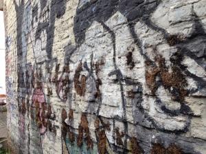 """Kunst im öffentlichen Raum ist in Aachen zum Teil in beklagenswertem Zustand. Hier: """"Der große Krieg"""", Wandbild von Klaus Paier."""