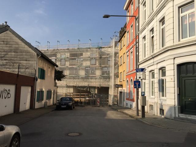 Huch, hier konnte man doch neulich noch eine große Baustelle fotografieren. Wie ein Riegel versperrt jetzt am Adalbertsberg das neue Aquis Plaza die Sicht. Rechts unten ist ein Fahrradgeschäft.