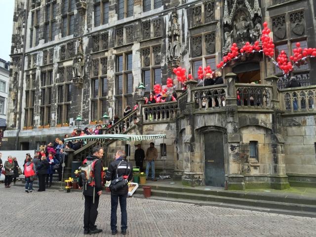 Mit Luftballons vor dem Rathaus machten gestern Frauen, die Kinder betreuen, auf ihre prekäre finanzielle Lage aufmerksam.
