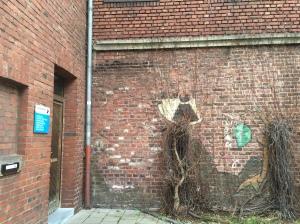 Eins von vielen zerstörten Bildern des Aachener Wandmalers. Die Reste befinden sich an einer Außenwand des Mörgens-Theaters.