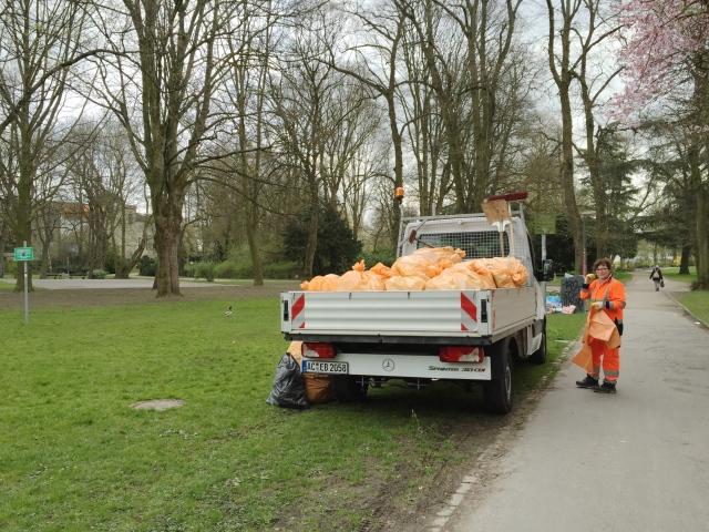 Nach einem  sonnigen Tag sammeln städtische Mitarbeiter die Hinterlassenschaften der Aachener im Westpark auf. Mit dem Krempel aus dem Kennedypark, dem Stadtpark und dem Westpark ist der Wagen voll.