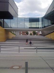 Sieht schön aus, ist aber arg gewöhnungsbedürftig: Treppe im Bereich des AachenerMünchener Gebäudes.