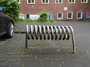 Und zum Schluss: Fahrradständer in Aachen, Kranzstraße (die Bilder sollen den Text auflockern, mehr nicht).