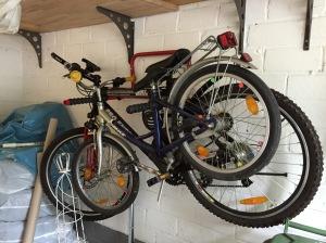Fahrräder, in einer Garage in der Franzstraße