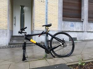 Fahrrad, wird bald von der Stadtverwaltung abgeholt, Nähe Burtscheider Brücke.