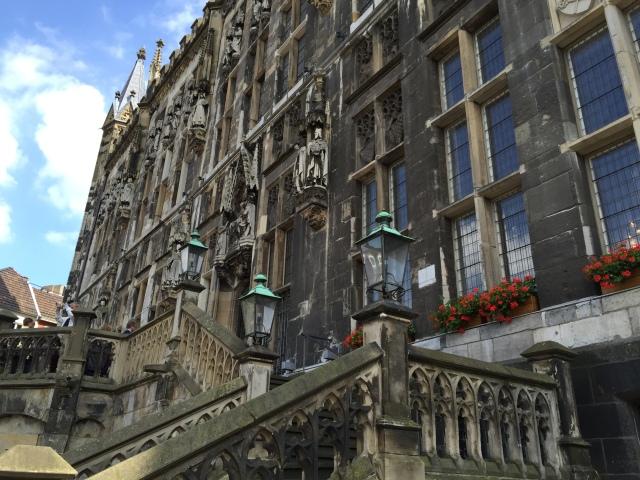 Immer mehr Flüchtlinge kommen nach Aachen. Im Rathaus wird um menschenwürdige Lösungen für ihre Unterbringungen gerungen. Bürgerinnen und Bürger bestehen darauf, bei den Planungen mitgenommen zu werden.