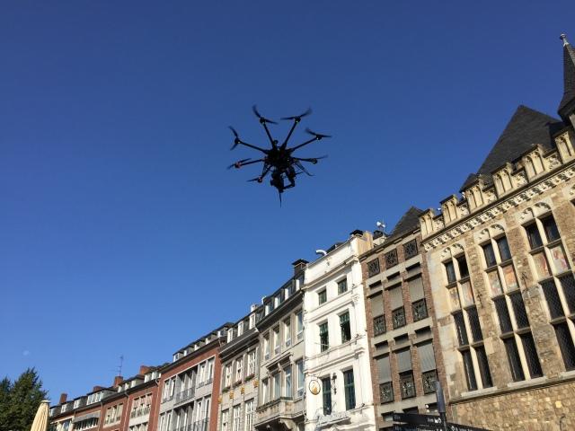 Montag in Aachen. Ein unbemanntes Flugobjekt erregt die Aufmerksamkeit der Passanten.