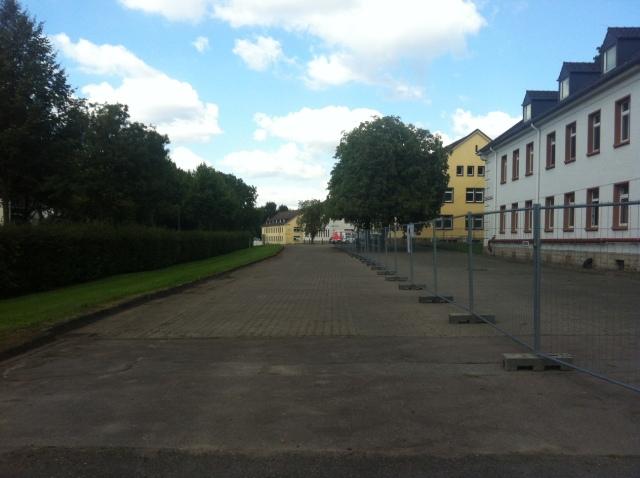 Blick auf die Kaserne. Hier: der Zugang zu den Flüchtlingsunterkünften.