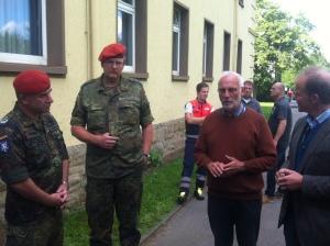 Im Gespräch: Offiziere, ein katholischer Geistlicher und der Pressesprecher der Stadt, Bernd Büttgens.