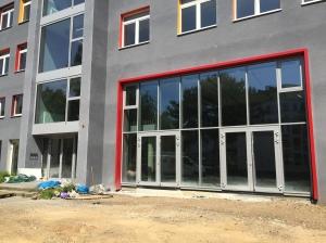Ein Foto von den Bauarbeiten am vorderen Teil des Gebäudes.