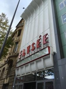Fassade und Schriftzug sollten erhalten bleiben. Passend zur prominenten Örtlichkeit, gegenüber vom Stadttheater.