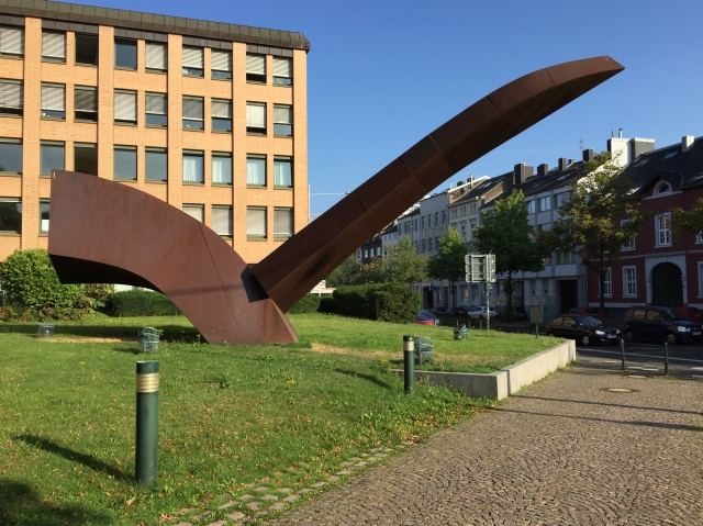 Sehenswerte Kunst von Alf Lechner vor der Aachener Arbeitsagentur in der Roerminder Straße.