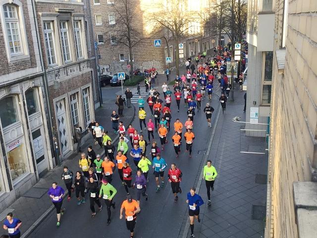 Nicht die schlechteste Art, das Jahr zu beenden: der Silvesterlauf in Aachen. Dem alten Jahr davonlaufen und dem neuen entgegen. Ich wünsche allen einen guten Rutsch und ein schönes 2016.