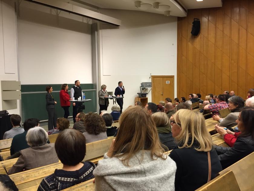 Knapp 300 Personen kamen zur Info-Veranstaltung. Viele äußerten Befürchtungen und erhielten Antworten auf ihre vielen Fragen.