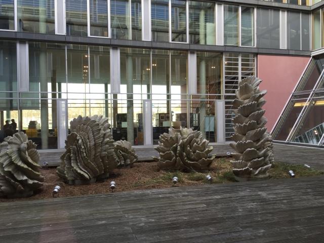 """Mir gefleht die """"Kunst am Bau"""", auch die bizarren Teile in einem Hof des neuen Finanzamt in Aachen sind sehenswert. Das Gebäude gefällt mir ebenfalls sehr. Es ist riesig und wirkt doch luftig, leicht und freundlich. Gar nicht wie ein Finanzamt alten Stils."""